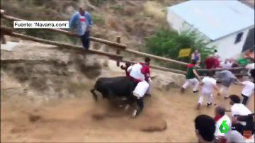 Una vaca arrolla a un grupo de mozos