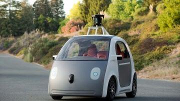 Un coche equipado con la tecnología LIDAR, cuyo dispositivo va instalado en el techo del vehículo