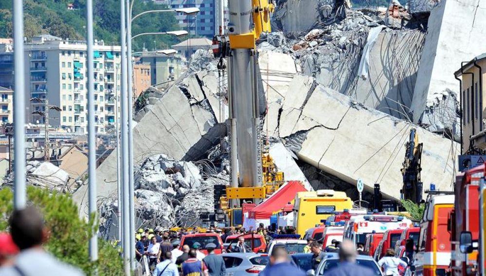 Miembros de rescate trabajan en las labores de rescate de las víctimas del puente