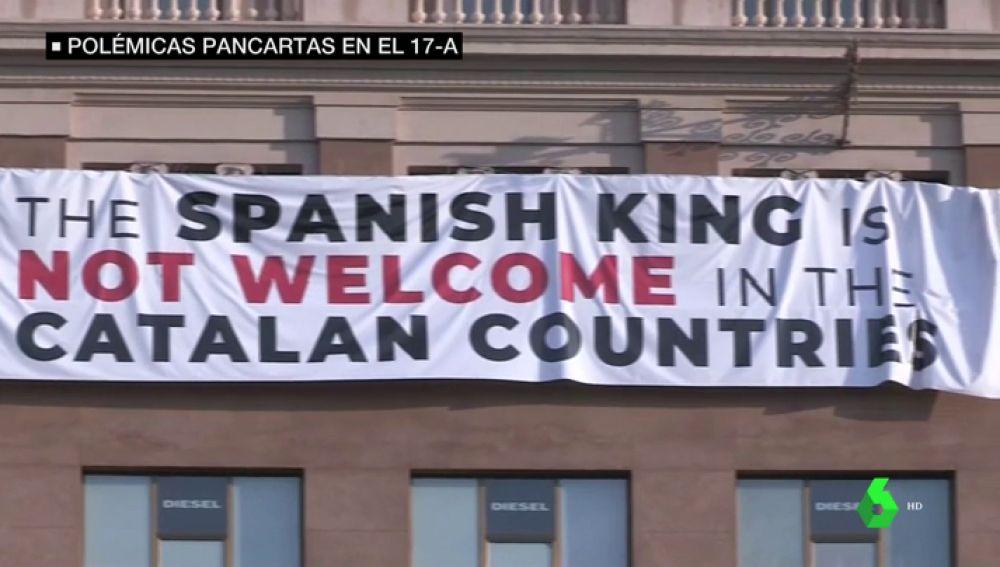 Colocan una pancarta contra el rey en la plaza de Cataluña que acoge el homenaje a las víctimas del 17A