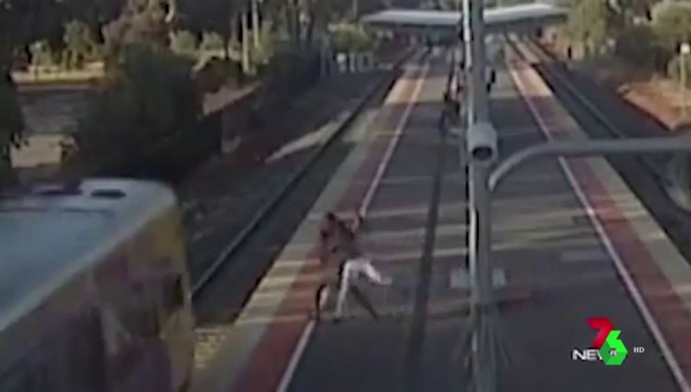 Un joven intenta tirar a su novia a las vías del tren