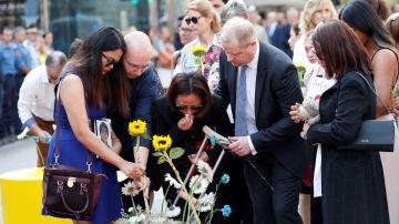 Víctimas y autoridades protagonizan una sobria y emocionada ofrenda en la Rambla