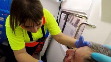 Ambulancias atiende a un señor que se marea en la calle