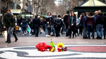 Unas flores homenajean a las víctimas del atentado de las Ramblas de Barcelona
