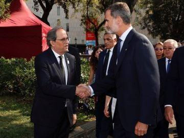 Felipe VI y Quim Torra dándose la mano