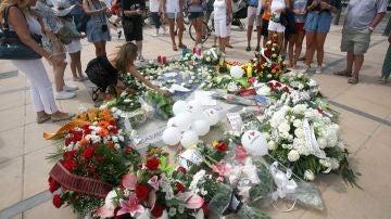 Vista de la ofrenda floral tras el acto de homenaje a las víctimas