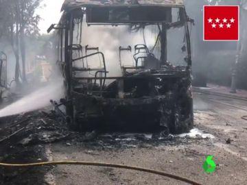 Arde un autobús y el fuego alcanza dos parcelas en Villanueva de la Cañada, Madrid