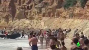BORRADOR Los bañistas grabaron la llegada de una patera con 58 migrantes a una playa de Chiclana
