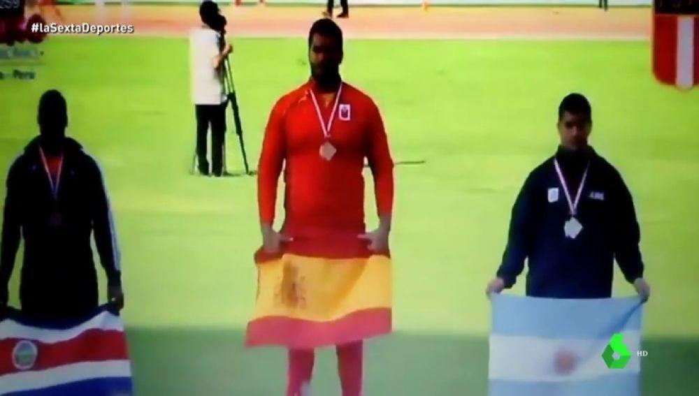 Javier Cienfuegos logra el oro en los Campeonatos Iberoamericanos... ¡Y suena el himno franquista!