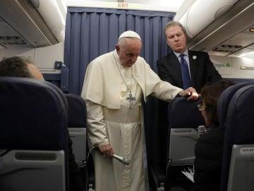 El papa Francisco charla con los periodistas en el avión