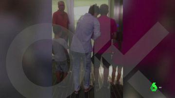 La mujer agredida por quitar lazos en Barcelona a su entrada al hospital