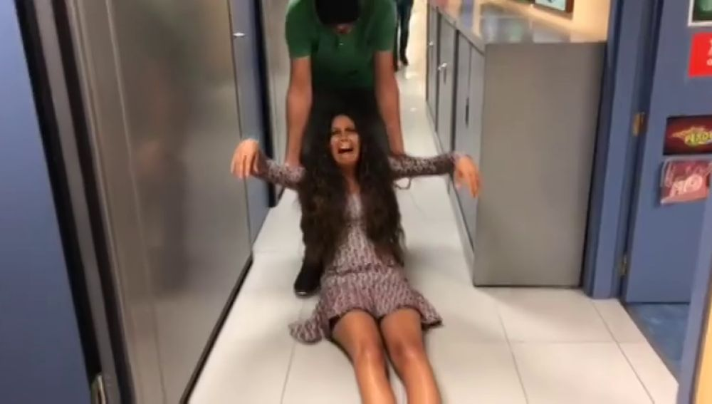 Llorando, a gritos y siendo arrastrada por sus compañeros: lo que no se vio en televisión de la vuelta de Cristina Pedroche a Zapeando