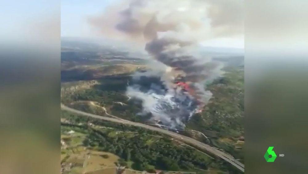 Los bomberos trabajan para evitar que se extienda el incendio de Vilaza, en Ourense