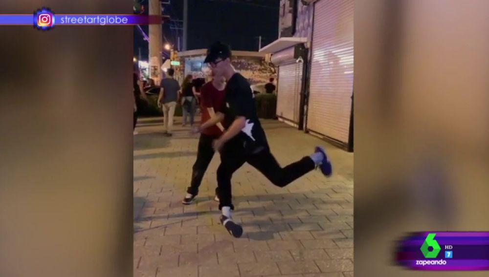 """El espectacular baile de un chico en la calle como """"si le hubiese invadido el espíritu de Michael Jackson"""""""