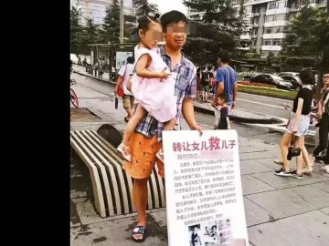 En la imagen, el padre intentando vender a su hija en una calle de China
