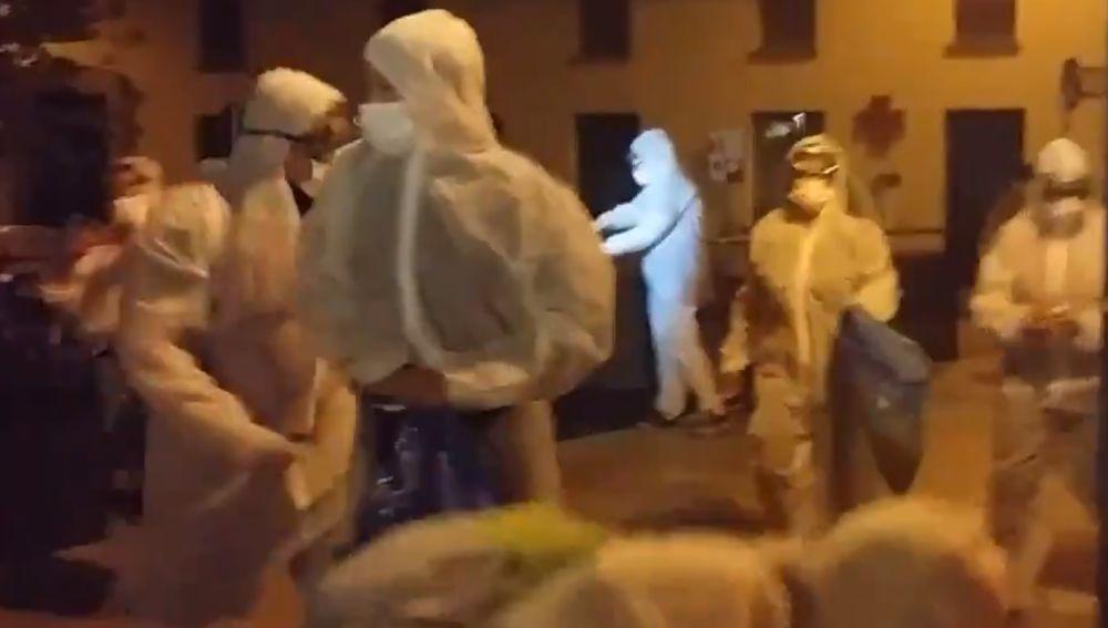 Miembros de la autodenominada 'brigada de limpieza' retirando lazos amarillos en Girona
