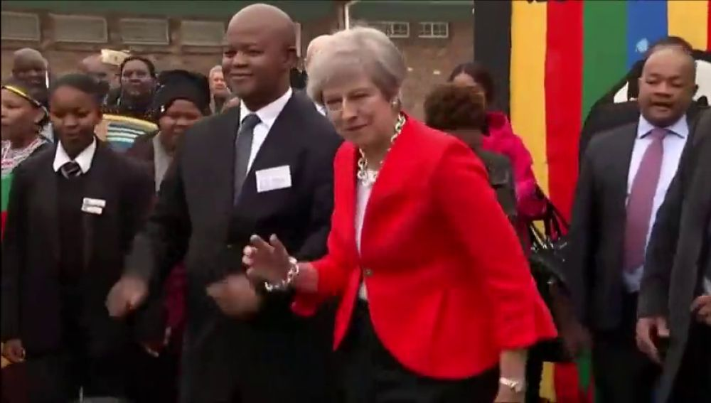 Theresa May baila en Sudáfrica