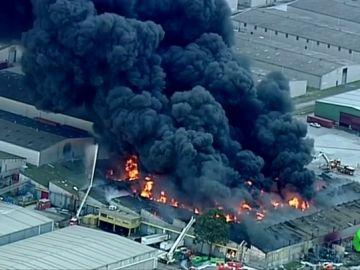 Arde una planta química en Melbourne provocando una nube de gas tóxico