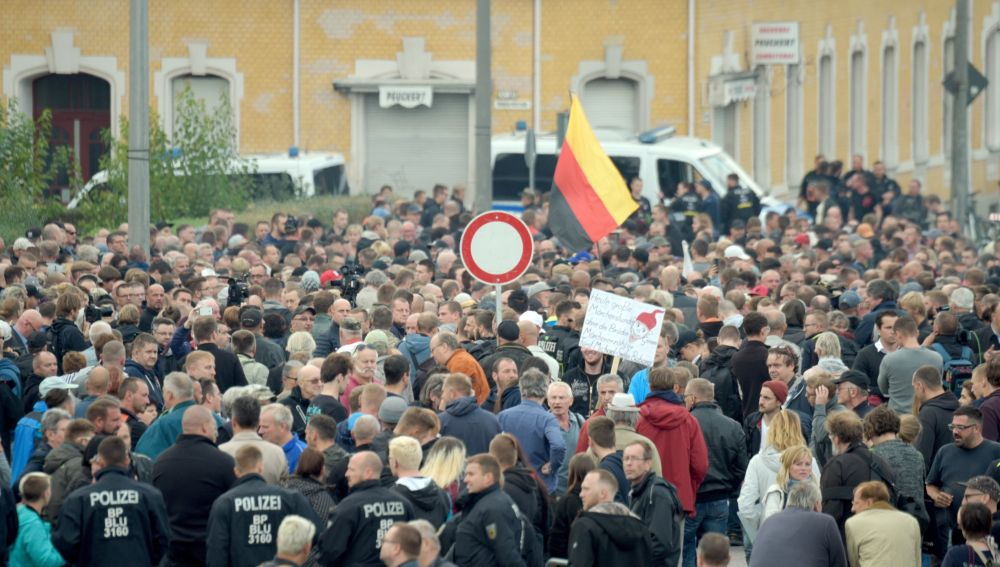 Manifestantes se congregan frente al estadio del Chemnitz