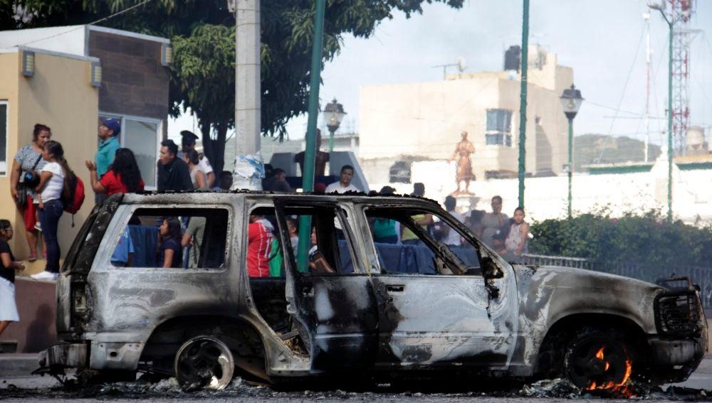 El vehículo incinerado donde transportaban a dos presuntos delincuentes que fueron quemados vivos por los vecinos