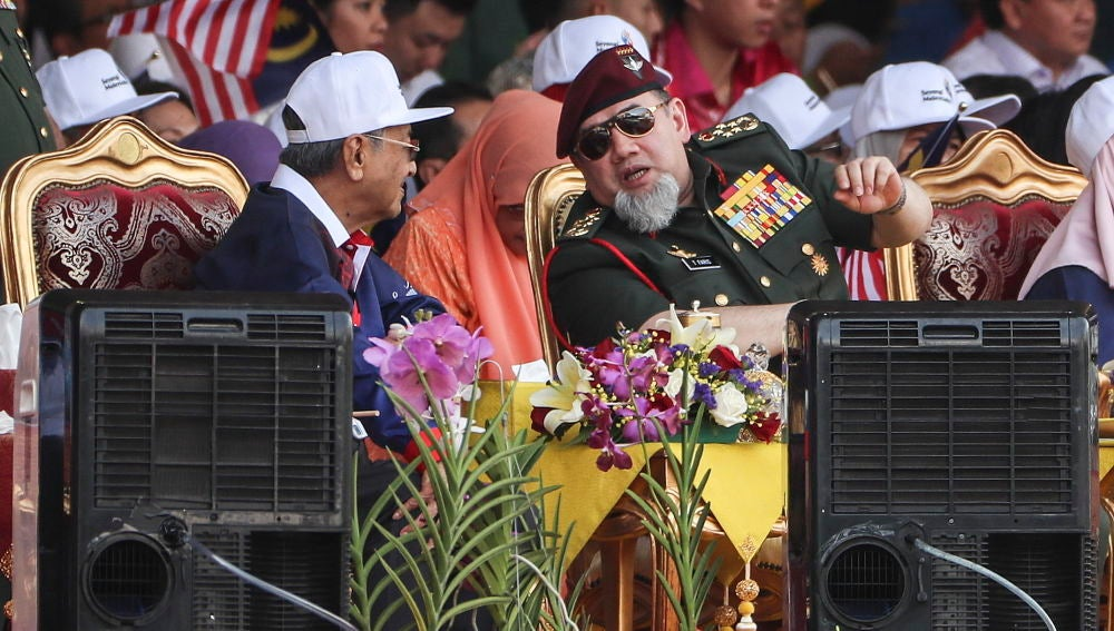 Sultán de Malasia junto al primer ministro