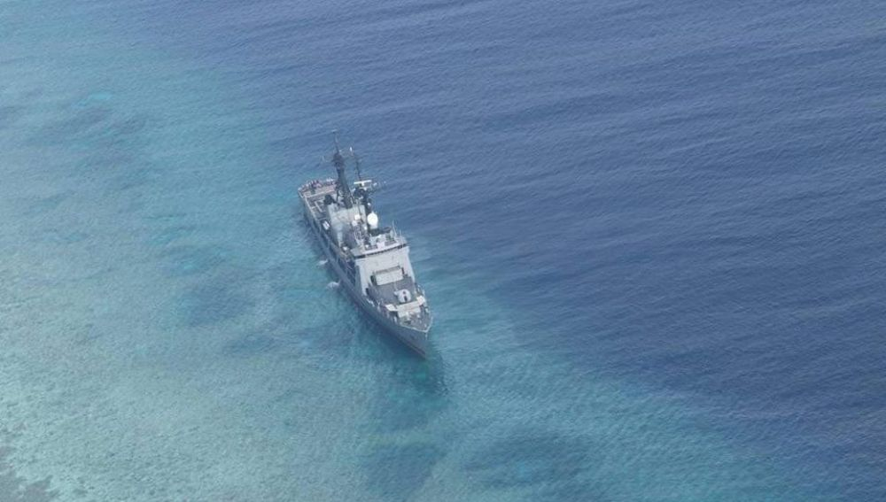 Fragata de la marina filipina encallada