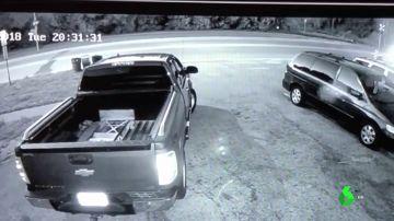 Una cámara graba un coche Tesla volando