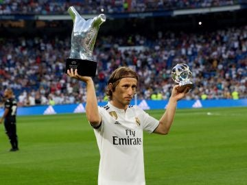 Modric, Ramos y Navas ofrecen sus premios de la UEFA a los madridistas