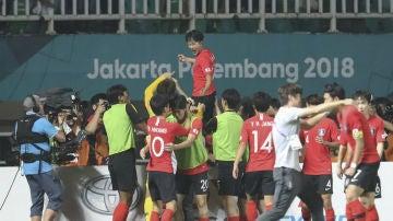 Los jugadores de Corea del Sur celebran un triunfo