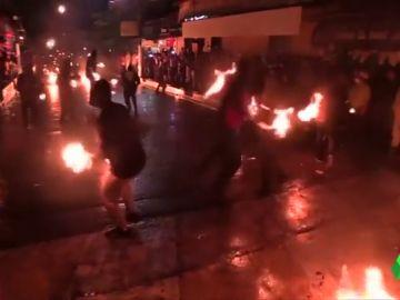 Bañan trapos en gasolina, les prenden fuego y los lanzan: batalla de bolas de fuego en El Salvador
