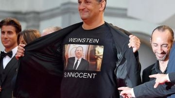 Imagen de un director italiano con una camiseta de 'Weinstein inocente'