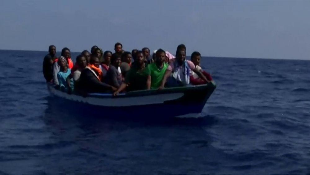 Imagen de una patera con un grupo de migrantes a bordo