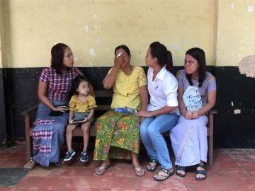 Birmania condena a dos periodistas a siete años de carcel