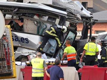 Estado en el que ha quedado el autobús de línea de la compañía Alsa tras colisionar contra un pilar de cemento