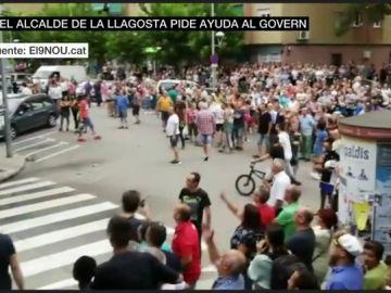 """Vecinos de La Llagosta vigilan la casa de la familia desalojada y les acusan de ser peligrosos: """"Llevan todos navajas"""""""