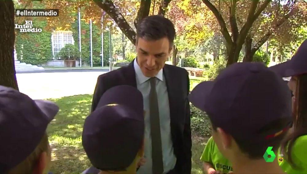 Pedro Sánchez conversa con unos niños