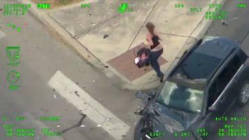 Huye de la policía a toda velocidad, se estrella, coge a su bebé en brazos e intenta robar otro coche: el vídeo que impacta a todo EEUU