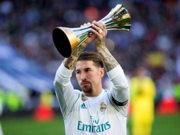 Sergio Ramos alza el trofeo del Mundial de Clubes
