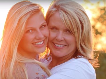 La presentadora Angela Kennecke junto a su hija Emily