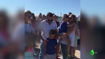 Cristian, niño con autismo, junto a su familia