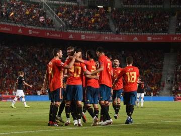 La selección española celebra un gol
