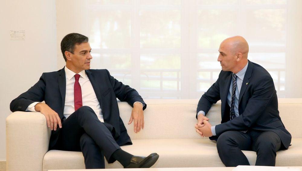 Pedro Sánchez dialoga con Luis Rubiales, presidente de la RFEF