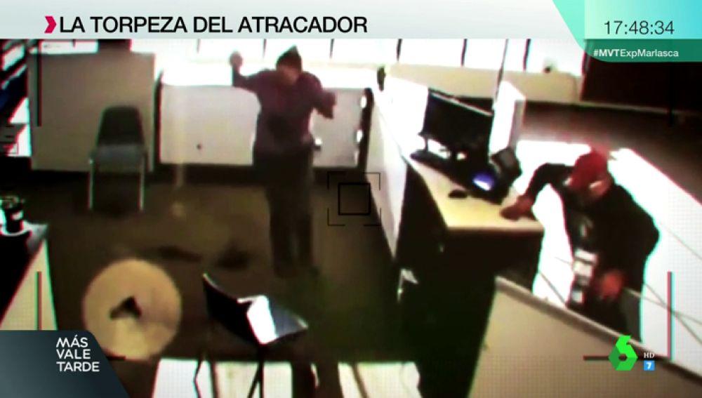 Intenta robar en una tienda, se le cae el arma y pierde los pantalones: el atraco más frustrado de la historia