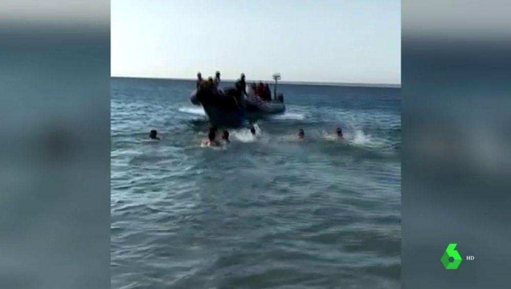 Narcolancha recogiendo migrantes