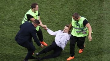 Un activista de Pussy Riot salta al césped durante la final del Mundial