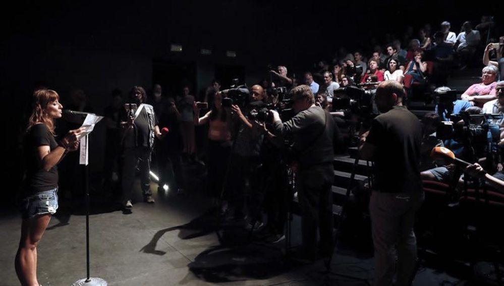 Un centenar de personas reclama la libertad de Willy Toledo en el Teatro del Barrio