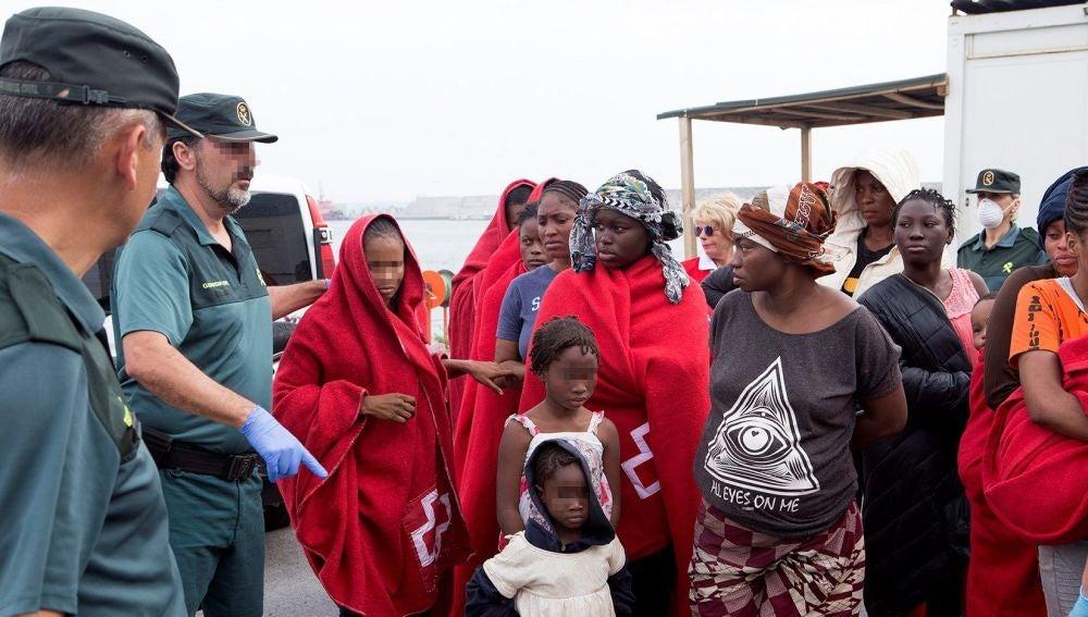 Migrantes rescatados de varias pateras en Alborán