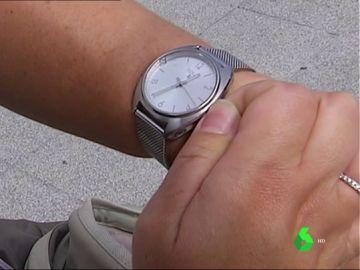 Imagen de una persona con un reloj mostrando la hora