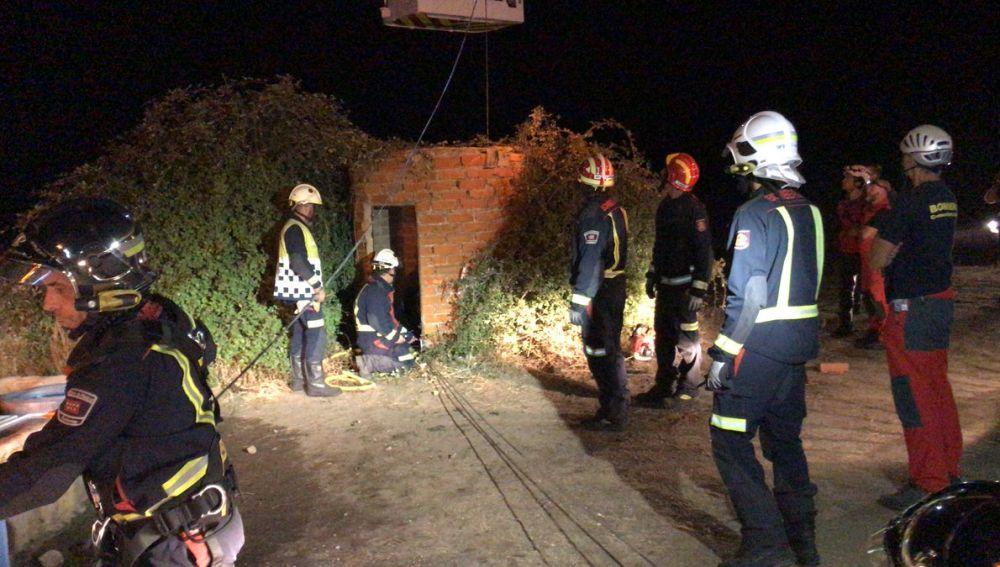 Los bomberos realizan labores de rescate en el pozo donde falleció el hombre