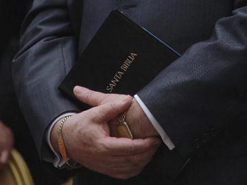 Imagen de archivo de un pastor con una biblia